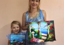 Мама Аня и доченька Соня со своими прекрасными картинами